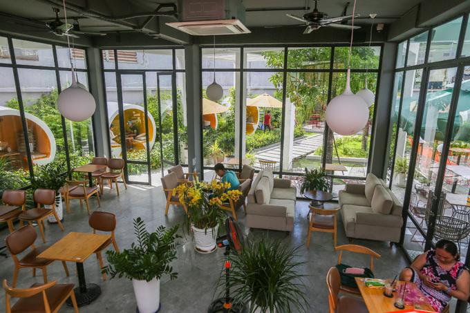 Phòng lạnh của quán gồm hai tầng, ban công hướng ra sân vườn. Bên trong phòng trang trí bằng những chậu kiểng, lọ hoa.