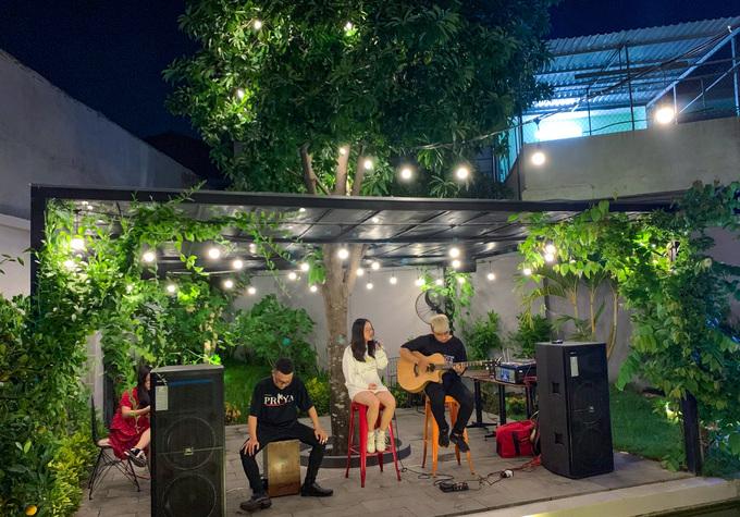 Buổi tối, quán lung linh với những ánh đèn treo khắp sân vườn. Các chương trình ca nhạc thường xuyên được tổ chức dịp cuối tuần.