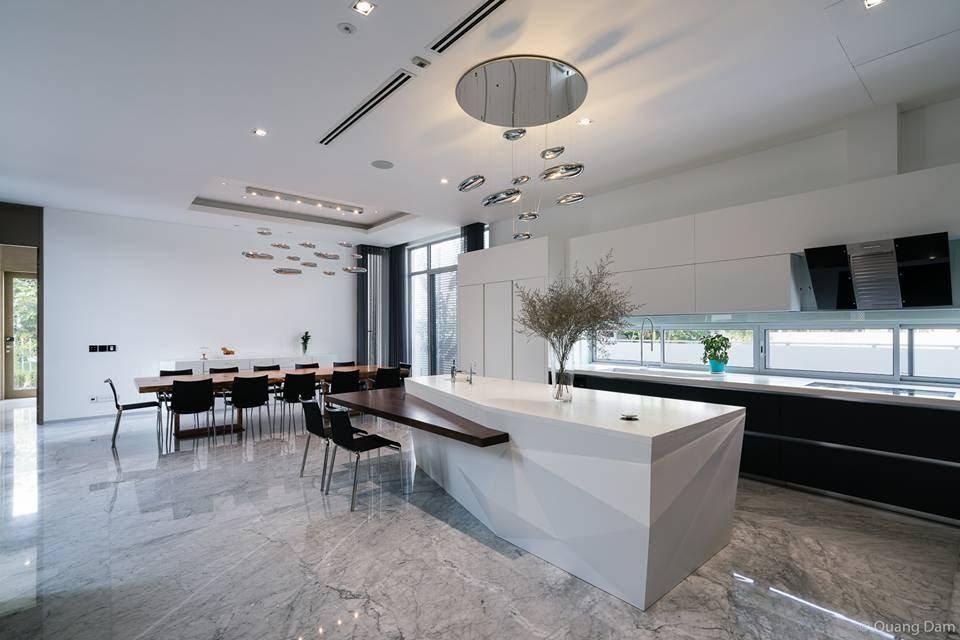 Không gian bếp gọn gàng tuyệt đối với những dụng cụ nhà bếp được xếp gọn trong tủ