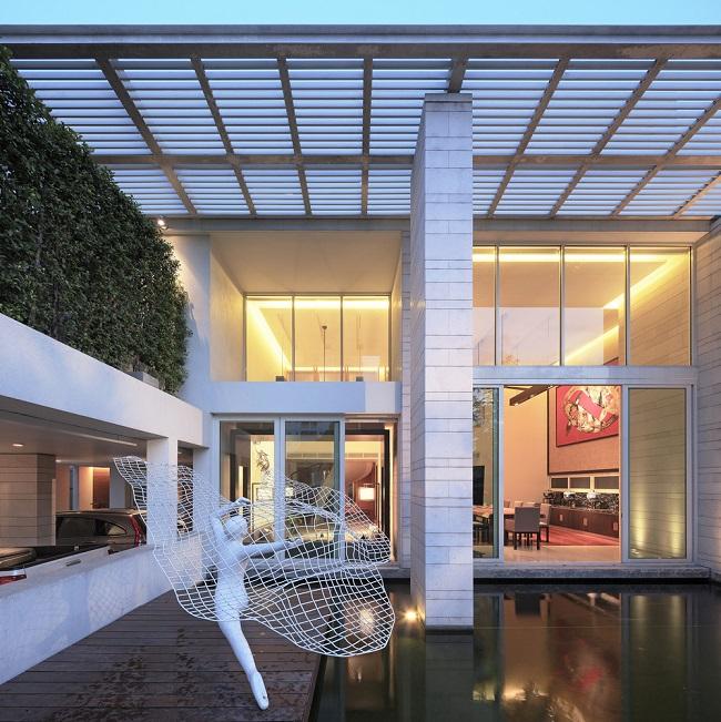 Nhìn từ bên ngoài, những cột trụ cao cùng cửa kính lớn thể hiện sự sang trọng và hiện đại. Bức tượng màu trắng cũng là một chi tiết mang tính nghệ thuật nổi bật cho ngôi nhà.