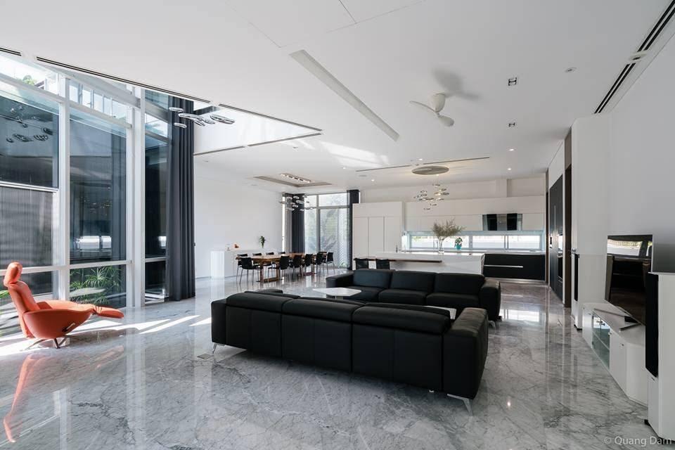 Phần sàn được lát đá cẩm thạch cũng giúp không gian trong nhà mát mẻ và dễ chịu hơn trong những ngày nóng bức