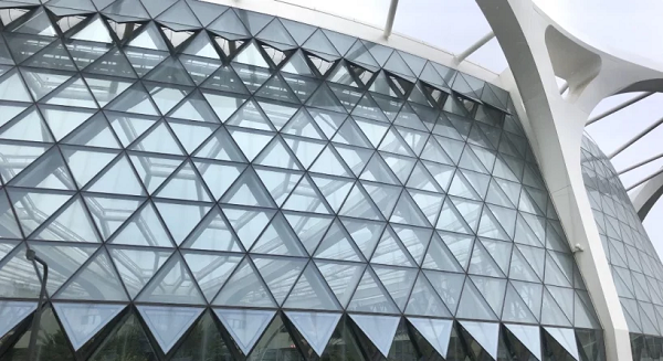 Mặt tiền công viên gây ấn tượng với những tấm kính trong suốt hình tam giác