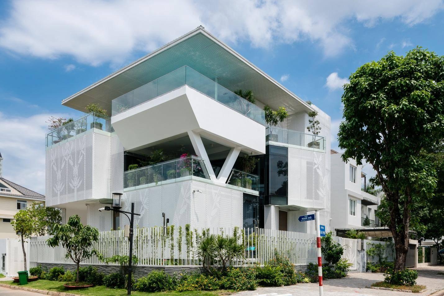 Cây xanh là một phần của ngôi nhà, mang đến sức sống và góp phần làm dịu mát phần sân và hiên nhà