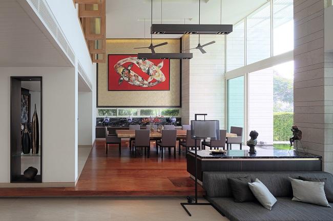 Bố cục sắp xếp nội thất và tranh nghệ thuật tạo cảm giác tinh tế cho căn phòng.