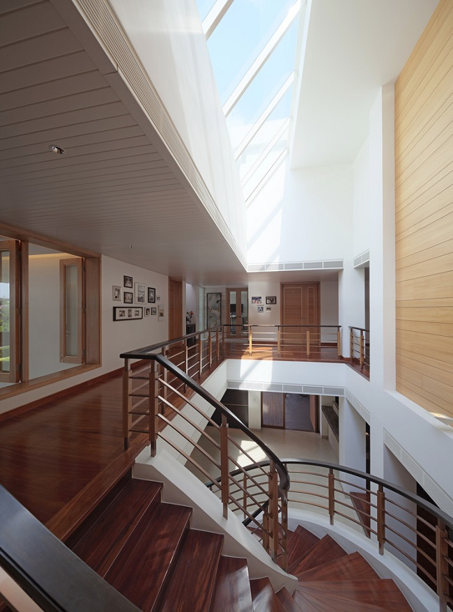 Cầu thang xoắn ốc với cảm hứng từ kiến trúc Ý là điểm nhấn đáng chú ý nhất trong nhà. Phía trên trần là giếng trời với thiết kế lạ mắt giúp đón ánh nắng mặt trời.