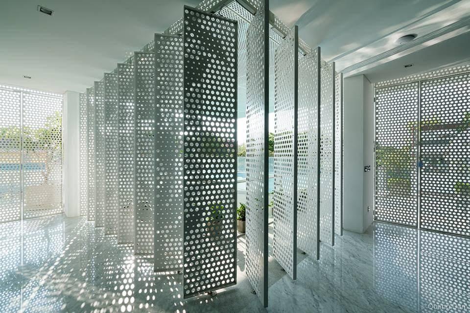 Tùy vào độ gắt của nắng mà từng cánh cửa lưới được điều chỉnh cho phù hợp. Đồng thời sự phản chiếu ánh sáng và bóng đổ chồng đè đã tạo nên một không gian nghệ thuật hiện đại.