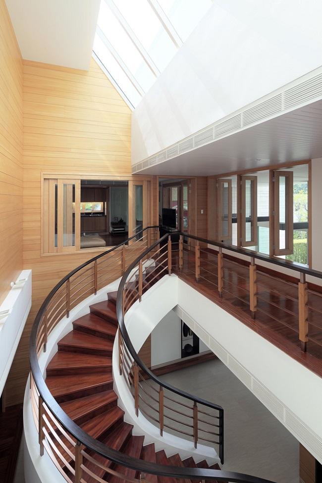 Thiết kế này giúp cho cầu thang, tường và sàn gỗ không bị tối màu.