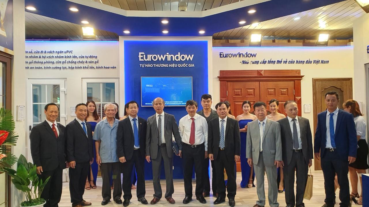 Ông Nguyễn Văn Sinh - Thứ trưởng Bộ Xây dựng cùng đông đảo lãnh đạo các bộ ban ngành Trung ương, địa phương tới tham quan khu trưng bày của Eurowindow