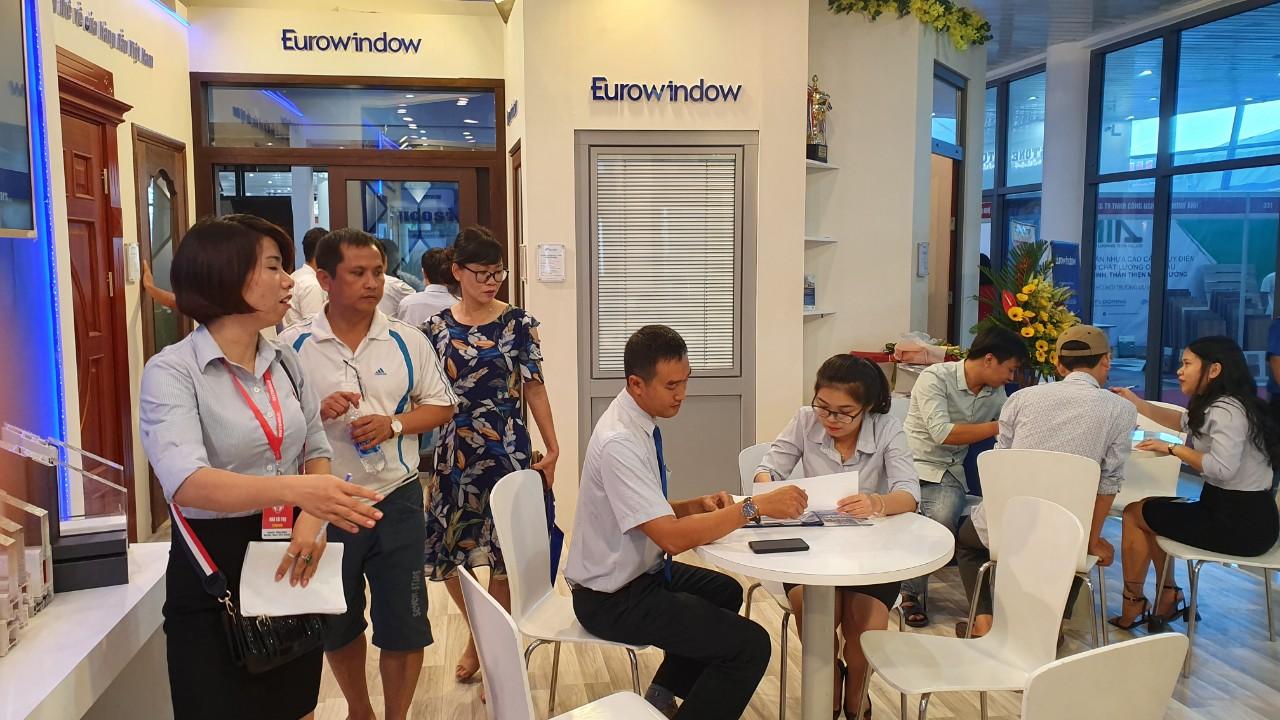 Đông đảo Khách hàng tham quan, ký hợp đồng lắp đặt sản phẩm cửa và vách nhôm kính lớn Eurowindow tại triển lãm