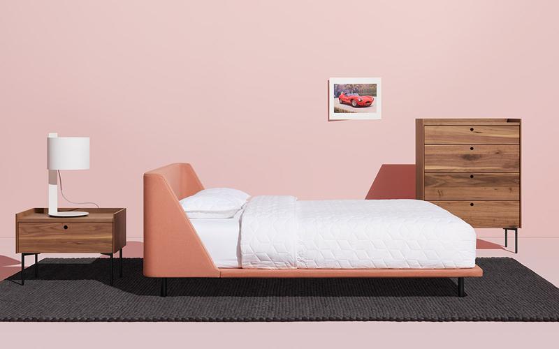 Một thiết kế màu hồng san hô cổ điển làm cho chiếc giường này trở nên nổi bật