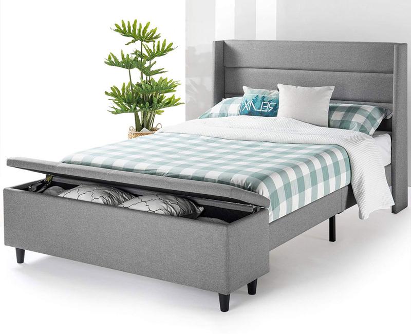 Thay vì đặt ngăn kéo bên dưới hộc giường, thêm một chiếc ghế cuối giường có hộp lưu trữ cũng giúp phòng ngủ thêm gọn gàng
