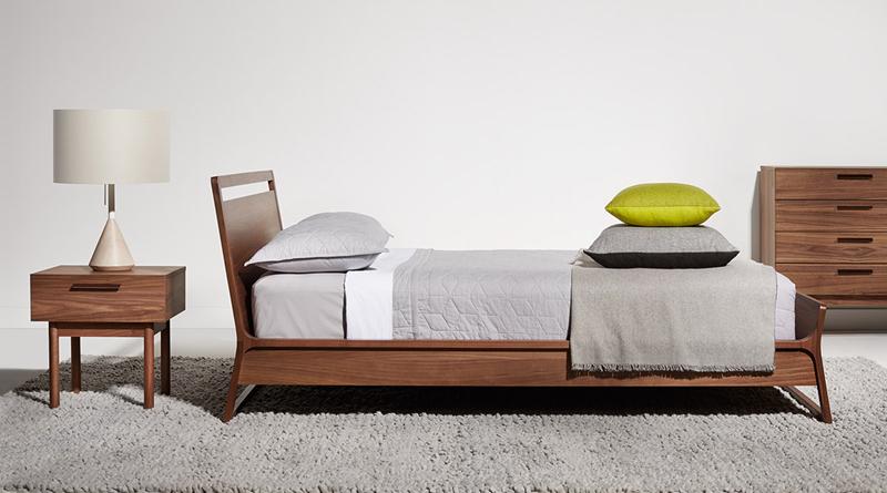 Màu vân gỗ óc chó khiến giường ngủ cũng như các sản phẩm nội thất khác trong phòng thêm sang trọng, quyến rũ