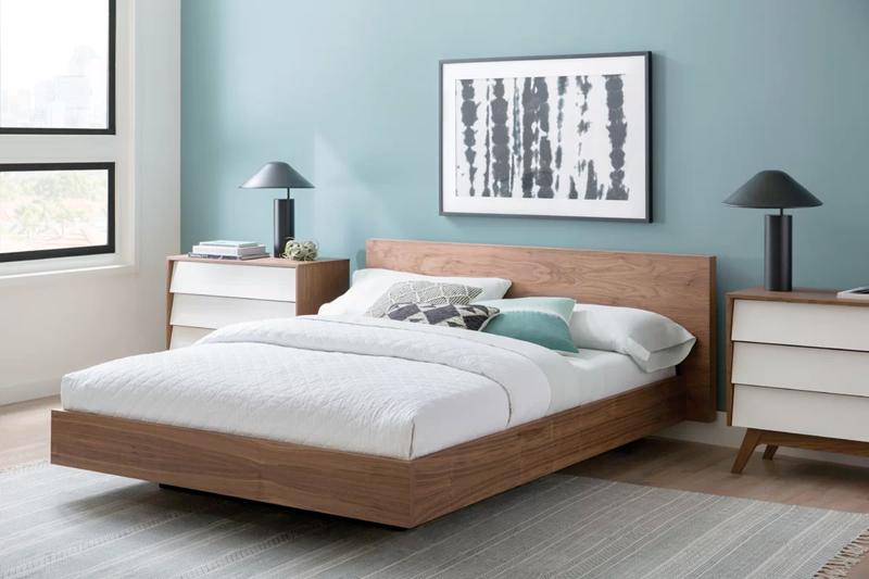 Với phần chân đặt ở giữa, chiếc giường này trong như đang nổi lên