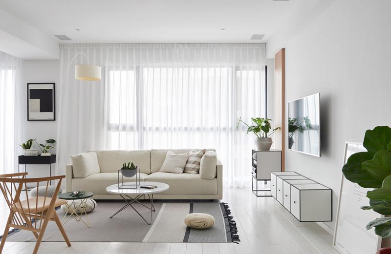 Rèm cửa, tủ tivi, ghế sofa màu trắng mang đến sự tinh tế, nhẹ nhàng cho khu vực tiếp khách