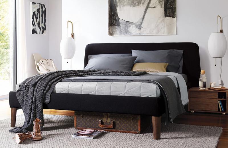 Giường bọc vải màu đen, hoàn toàn phù hợp với những phòng ngủ màu sáng hay mang phong cách trung tính