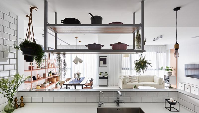 """Được """"tắm"""" theo phong cách Scandinavian từ đầu đến chân, nhà bếp đủ rộng rãi để chào đón mọi người"""