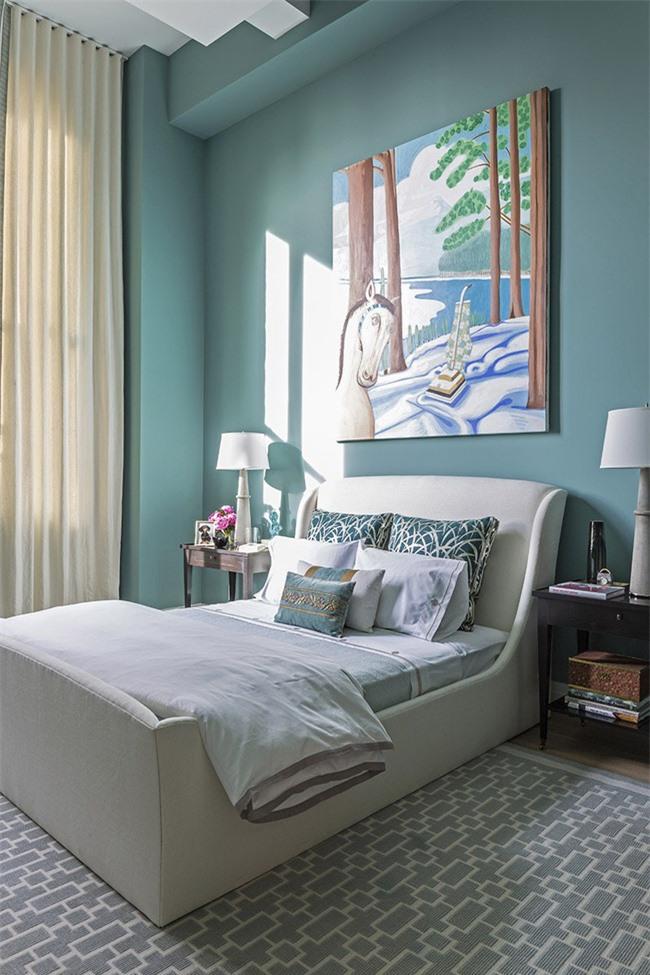 Một bức tranh treo tường cỡ lớn như thế này cũng đủ hiểu quả tạo ấn tượng khó rời mắt cho khu vực đầu giường