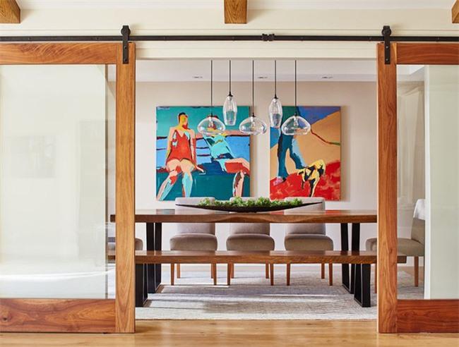 Những bức tranh cỡ lớn cùng phong cách được lựa chọn hết sức cân đối với bộ bàn ăn của đại gia đình