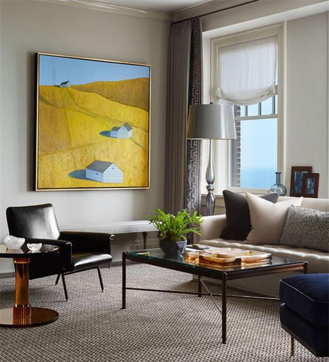 Sắc vàng tươi của bức tranh treo tường giúp nó trở thành tâm điểm chú ý của cả căn phòng khách