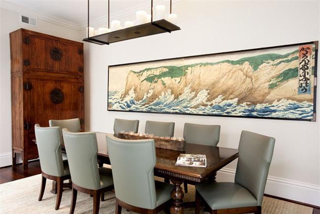 Một bức tranh treo tường ấn tượng có kích thước cân đối với chiều dài của bộ bàn ăn gia đình