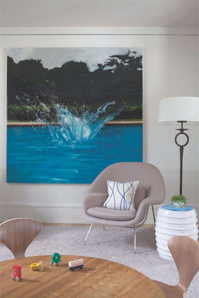 Nhờ có bức tranh treo tường cỡ lớn mà không gian căn phòng tưởng chừng sâu và rộng và hơn so với thực tế nhiều