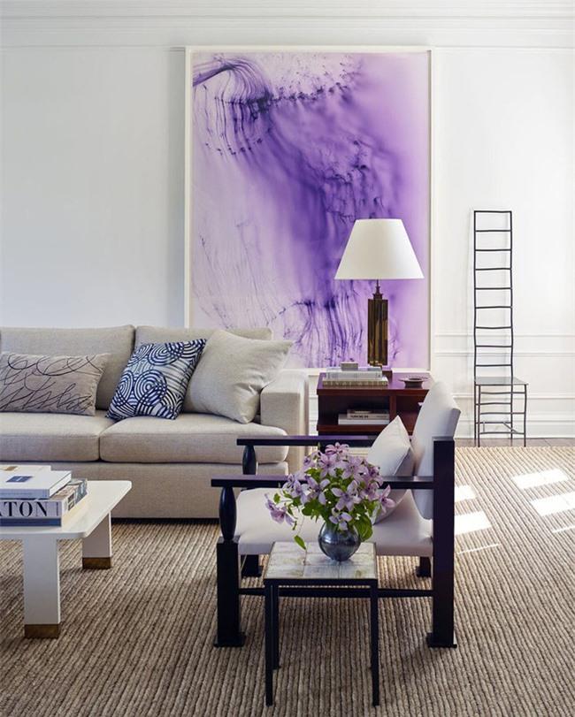 Bức tranh trang trí với kích thước bằng cả một mảng tường nhưng trông vô cùng cân đối với bộ ghế sofa được bày cạnh đó