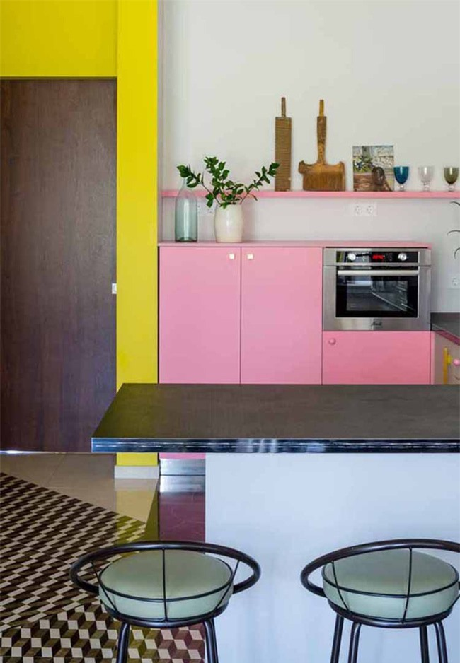 Những căn bếp được trang trí với màu sắc rực rỡ luôn khiến bất kỳ ai cũng cảm thấy đầy thu hút