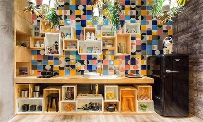 Bộ gạch men ốp tường họa tiết với màu sắc nổi bật chính là điểm nhấn bắt mắt ngay khi vừa đặt chân vào căn phòng