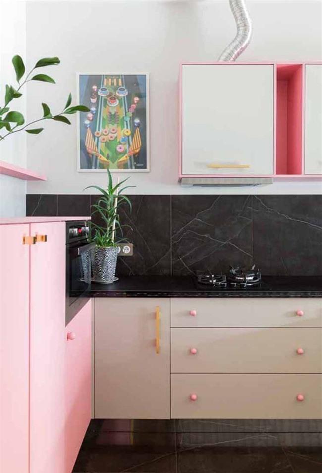 Một căn phòng tươi sáng, nổi bật và không kém phần nữ tính được thiết kế chỉ với gam màu hồng tươi bắt mắt