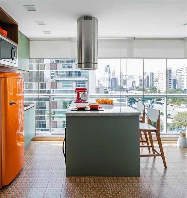 Những món thiết bị nhà bếp màu sắc nổi bật cũng giúp không khí trong căn phòng vui nhộn và thú vị hơn rất nhiều