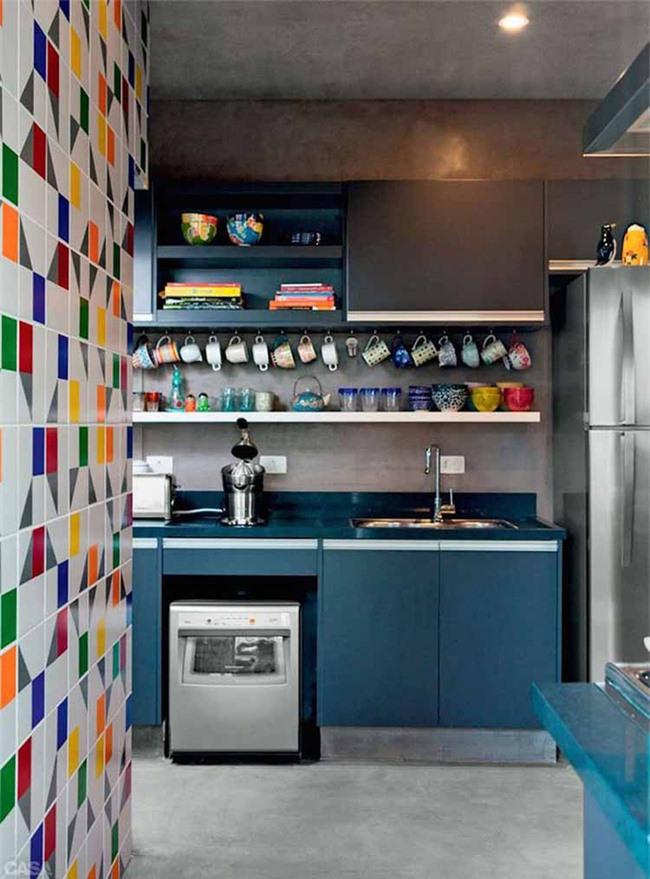 Với những căn bếp nhỏ hẹp thì sử dụng màu sắc tươi sáng để trang trí là một lựa chọn thông minh