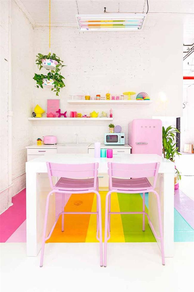 Màu sắc tươi sáng bắt mắt sẽ khiến mọi người không chú ý đến sự hạn chế về diện tích của căn phòng bếp