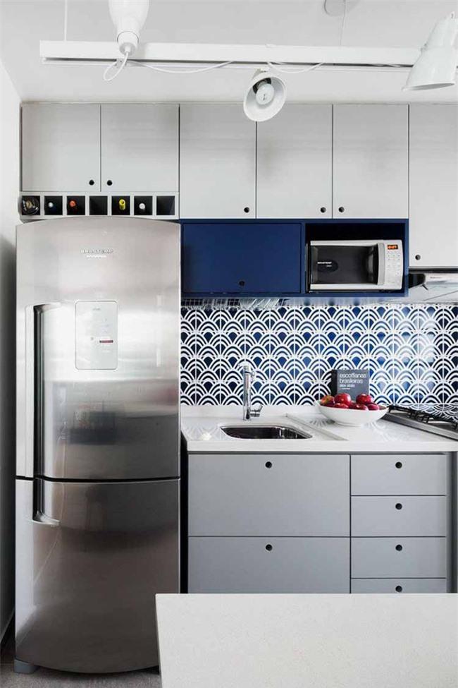 Căn bếp gia đình hiện đại đầy ấn tượng với sự kết hợp giữa màu sắc nổi bật và họa tiết bắt mắt