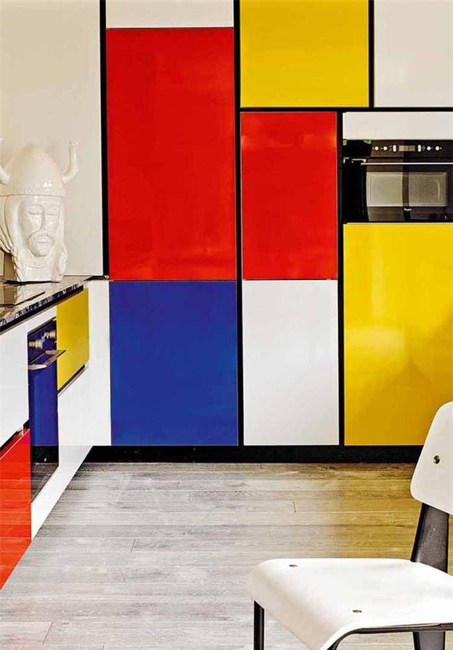 Nhờ màu sắc, căn bếp của gia đình như mặc trên mình những bộ đồ đầy cuốn hút