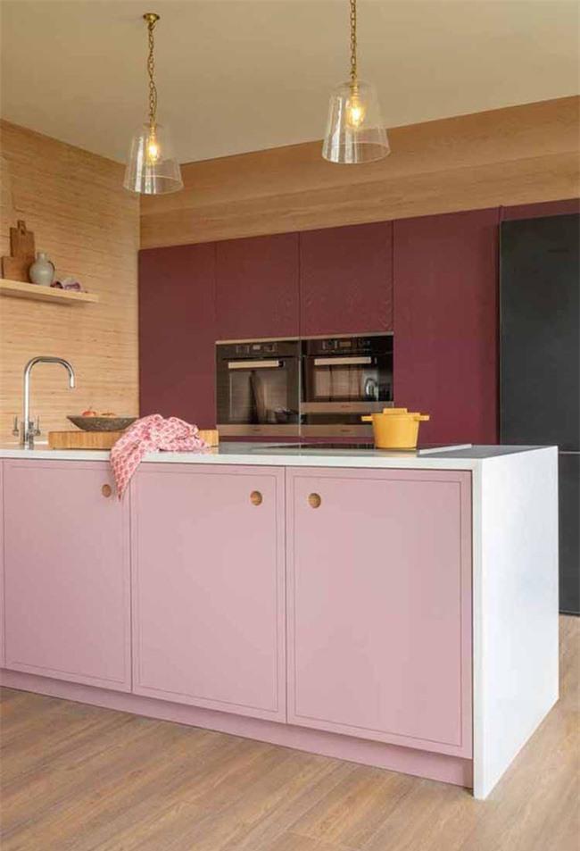 Nhiều người cho rằng việc dùng màu sắc trang trí sẽ khiến căn bếp trở nên quê mùa, lạc hậu nhưng sự thực thì không hề như vậy