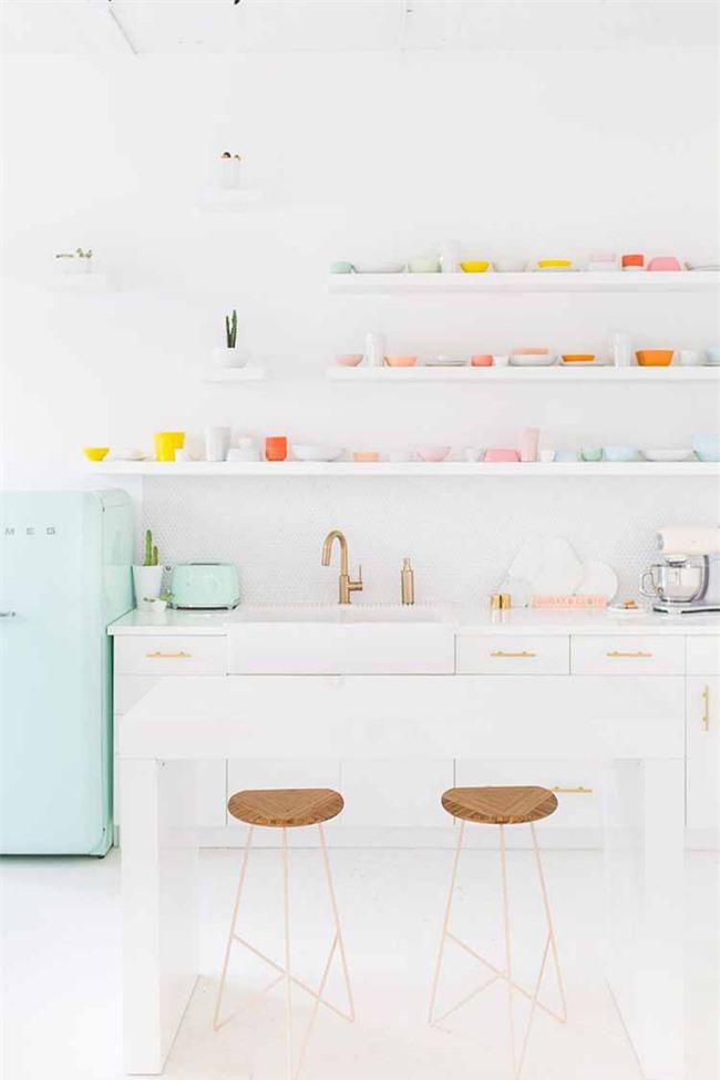 Căn bếp nhỏ của gia đình trông sống động hơn rất nhiều nhờ những món đồ nhà bếp màu sắc