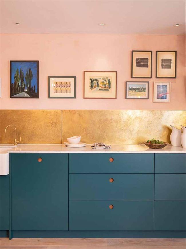Bạn có thể tự mình sơn lại cho bộ tủ bếp đã phai màu với những gam màu sắc nổi bật như thế này