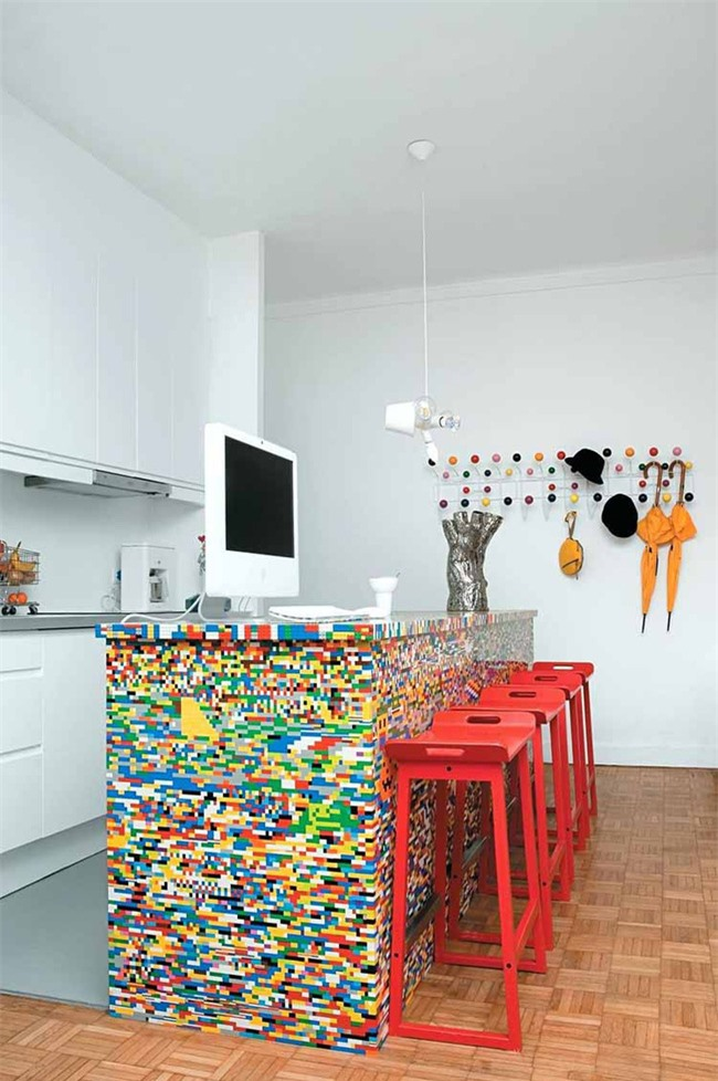 Đảo bếp chính là điểm nhấn nổi bật và ấn tượng nhất trong căn bếp nhỏ đơn giản của gia đình