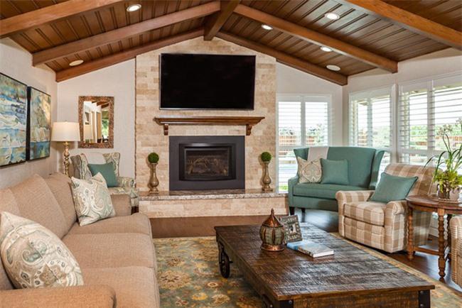 Khi việc sắp xếp đồ nội thất chính cho căn phòng khách hoàn thành và bạn cảm thấy không còn thừa quá nhiều không gian thì hãy tối giản đi những món đồ phụ kiện trang trí.