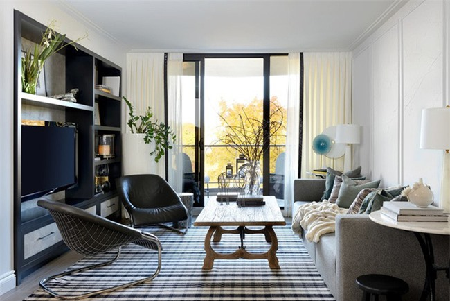 Bạn nên lựa chọn đồ nội thất ăn ý với phong cách và màu sắc chủ đạo của phòng khách.