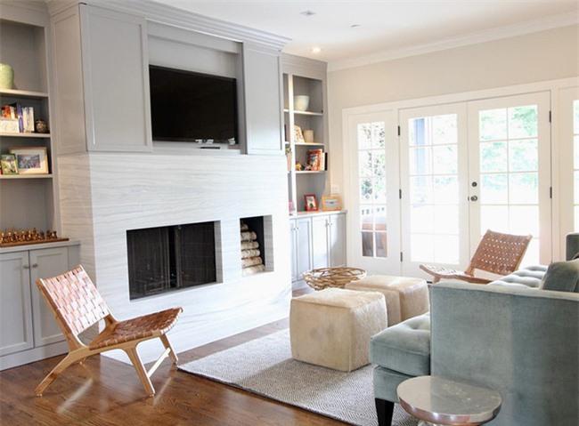 Những món đồ nội thất bằng gỗ không chỉ mang đến vẻ đẹp tự nhiên mà còn tạo cảm giác ấm cúng cho căn phòng khách của gia đình.