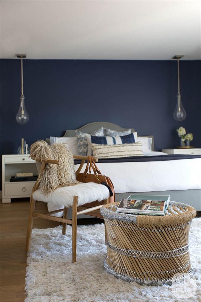 Sử dụng đèn thả cho phòng ngủ sẽ giúp bạn giảm đi những lần bất cẩn đẩy đổ đèn xuống đất như khi dùng đèn để bàn