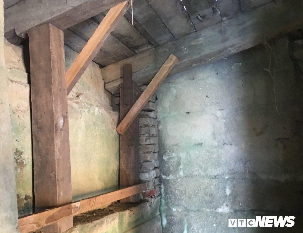 Việc gia cố tạm được thực hiện tại các vị trí dưới đáy thân Chùa Cầu