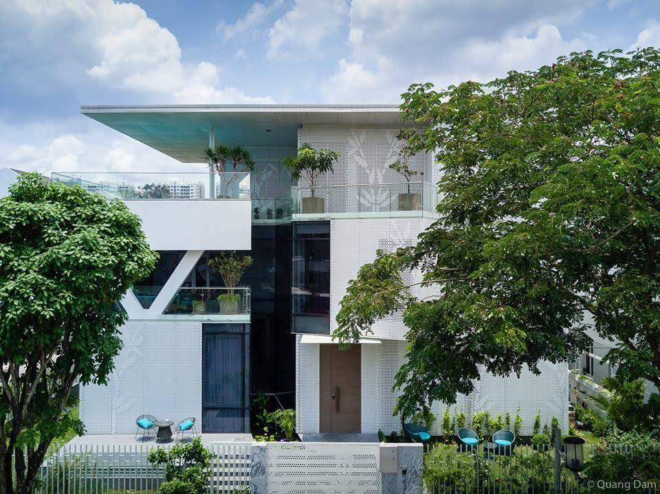 Góc chính diện của ngôi nhà tạo cảm giác như công trình được xây trong khe núi