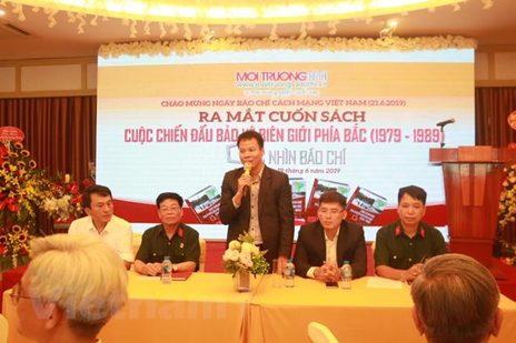 Tiến sĩ Đồng Xuân Thụ Tổng biên tập Tạp chí Môi trường và Đô thị Việt Nam phát biểu tại buổi ra mắt sách