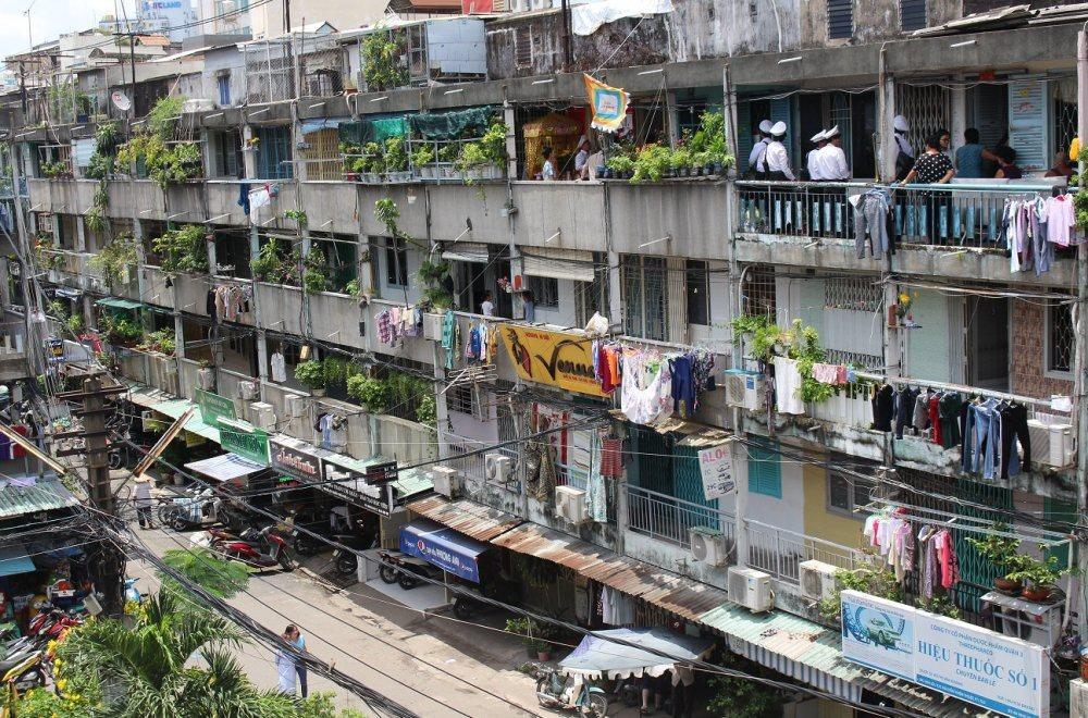 Trong 10 năm qua, thành phố mới chỉ tháo dỡ được 32 chung cư cũ và việc cải tạo diễn ra rất chậm. Ảnh: N.P.