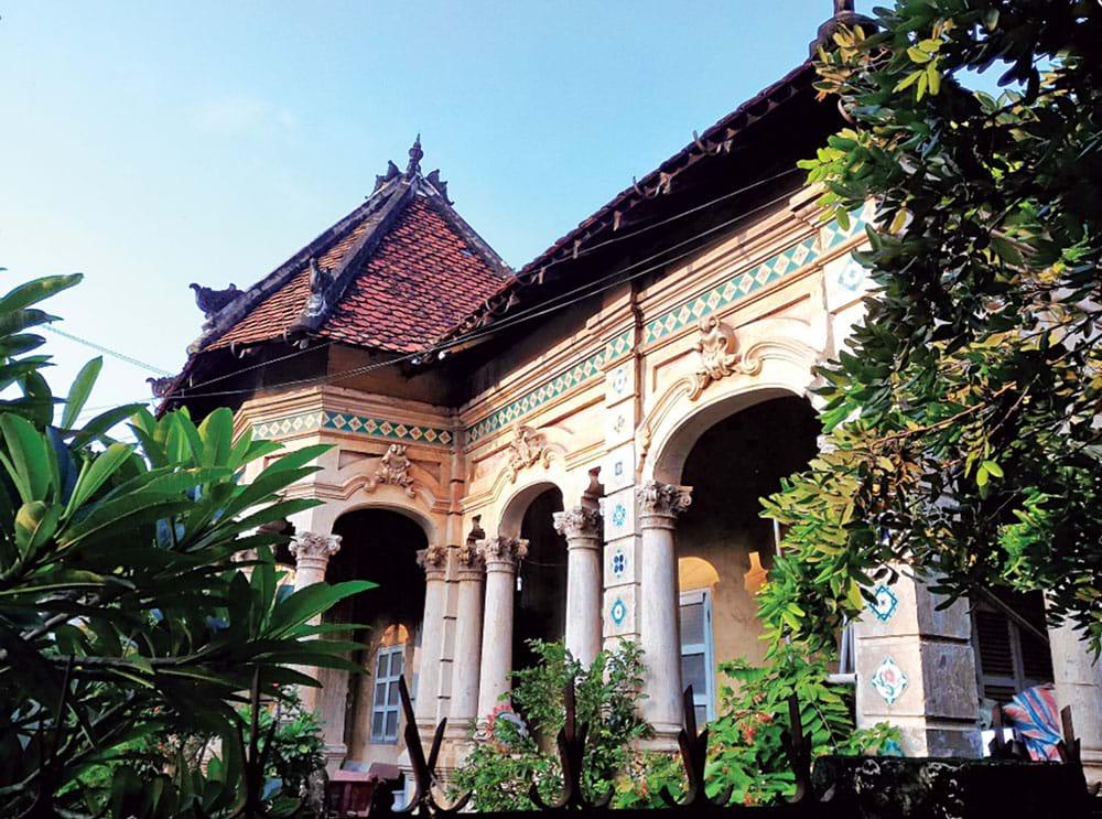 Được xây dựng từ thời Pháp hơn 100 năm trước, ngôi nhà số 237 (số cũ 227) trên đường Nơ Trang Long, quận Bình Thạnh (TP.HCM) là một trong số những căn biệt thự hiếm hoi còn sót lại của Sài Gòn xưa.  Ảnh: TL