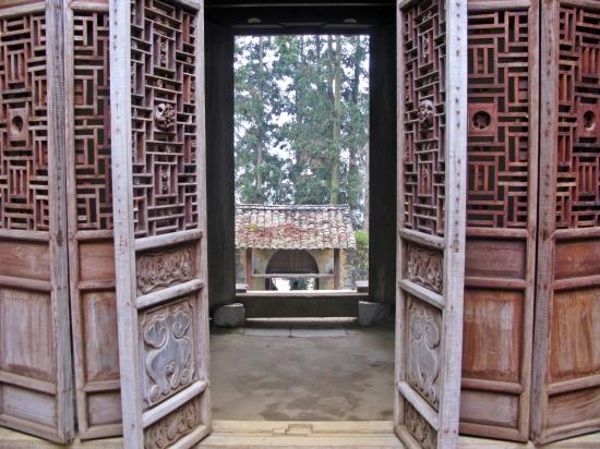 Các chi tiết cửa gỗ đặc sắc của kiến trúc Nhà Vương. Ảnh: TTH