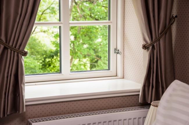 Với phòng nhỏ việc không có rèm cửa sẽ tạo cảm giác như mở rộng không gian. Nguồn ảnh: Brightside.