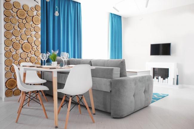 Kê bàn ghế sát tường là kiểu thiết kế nội thất phổ biến nhằm giúp không gian rộng rơn. Dù vậy bạn chỉ nên thực hiện khi phòng quá nhỏ và không có lựa chọn nào khác. Nếu phòng đủ rộng, hãy quên quy tắc thiết kế này đi.